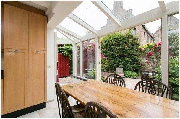 de keuken met uitzicht tuin