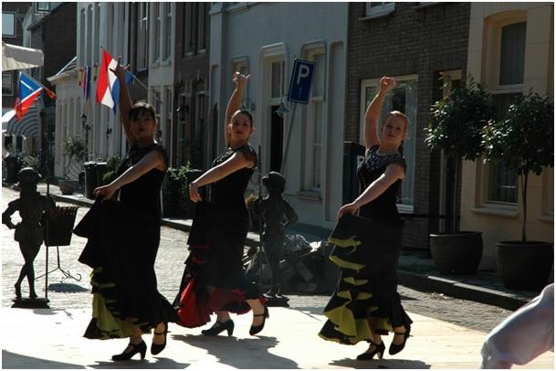 emma-danst-op-het-straatfeest-2006