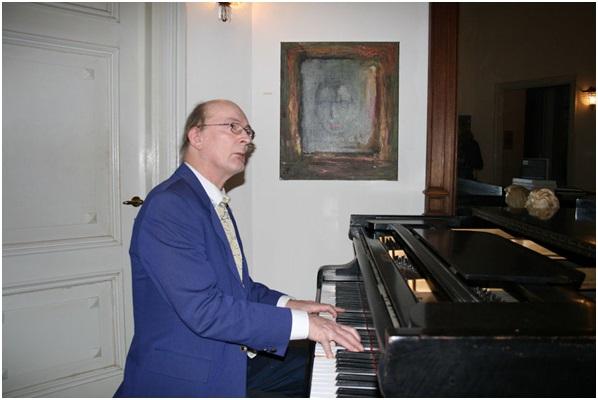 Hugo van Neck thuis achter de piano