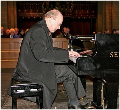 Hugo van Neck achter de piano
