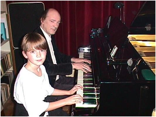 hugo en mischa achter de piano